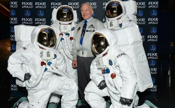 Buzz Aldrin a fait le voyage pour participer à cette gigantesque campagne marketing