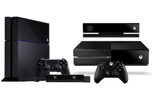 La Playstation 4 de Sony (à gauche) contre la xBox One de Microsoft (à droite)