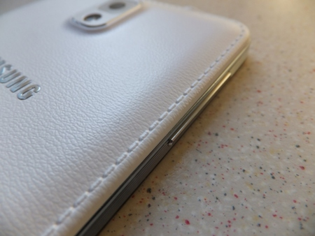On passe du plastique glossy à l'imitation cuir sur le Samsung Galaxy Note 3