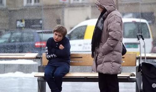 cam ra cach e la r action de passants devant un enfant sans manteau dans le froid en norv ge. Black Bedroom Furniture Sets. Home Design Ideas