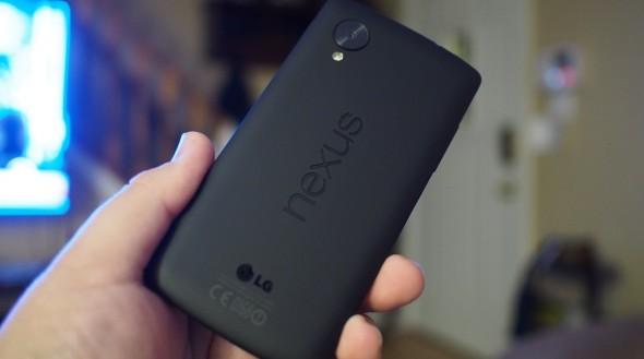 La façade arrière du Nexus 5 est agréable au toucher