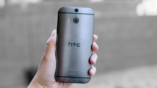 La façade arrière du HTC One M8 fait légèrement penser à celle du LG G3, mais en faisant le choix de matériaux plus nobles