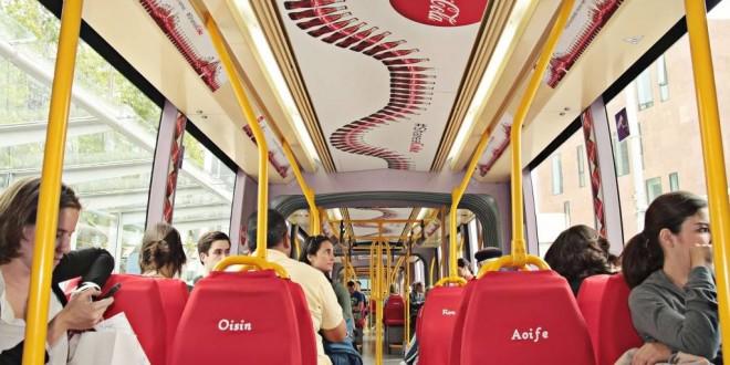Coca-Cola fait la promotion de sa campagne sur ses 500 nouveaux prénoms dans un tramway irlandais